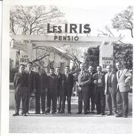 """LES LECQUES  """"HOMMES EN COSTUMES DEVANT LA PENSION """"LES IRIS"""" - Lugares"""