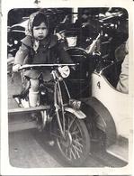 FILLETTE SUR MOTO DANS MANEGE   1950 - Personas Anónimos