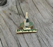 Pin's / Pins / Beau Et Rare / Thème : Boissons / En Champagne / Bouteille Champagne + Raisins - Boissons