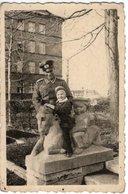 Foto Von Soldat Mit Kind Auf Pferde-Skulptur 1946 - Augsburg Reichensteinstraße 18 - Fotografie