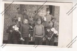 Carte Photo : Prisonniers Russes Jouant Violon Dvt Geôliers Allemands Major Von Prittwitz ? (camp Lauban/Luban Pologne) - Guerre 1914-18
