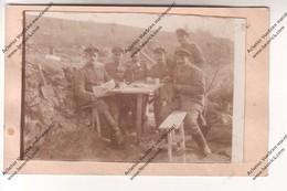 Carte Photo WW1:  Sous Officiers Allemands Posant Avec Leurs Décorations Dans Tranchée (feuille Der Söller Dans Mains) - Oorlog 1914-18