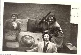 MONS  FEVRIER 1950  JEUNES FEMMES SUR UN TANK  PHOTO ANIMEE - Lugares