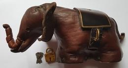 TIRELIRE - ELEPHANT - CUIR - MADE IN ENGLAND - AVEC CLES ET CADENAS - LONGUEUR 20 CM - HAUTEUR 8 CM - ANNEE 50/60 - Autres
