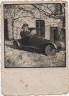 Fotografia Cm. 6,4 X 8,9 Con Bambino Su Automobile Giocattolo - Persone Anonimi