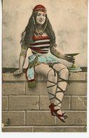1446. CPA COLORISEE ALGERIE SANS LEGENDE (ECRITE DE BATNA) FEMME ASSISE - Argelia