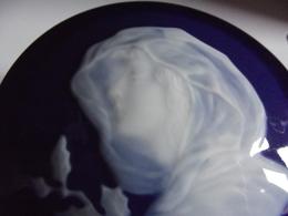 Coffret Tripode En Porcelaine à Relief Portrait Camaïeu Bleu - Céramiques