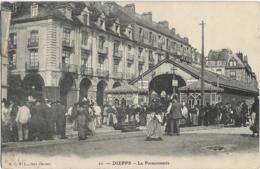 D76 - DIEPPE - LA POISSONNERIE - Nombreuses Personnes Près De La Halle - Dieppe