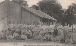 Carte Postale Ancienne De La Sarthe - Camp D'Auvours - Une Corvée De Pomme De Terre - Militaires - Altri Comuni