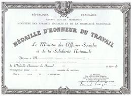 R F MEDAILLE D'HONNEUR DU TRAVAIL USINE D' AULNOYE(NORD) 1984 MEDAILLE De MONCEAU St WAAST - Diplômes & Bulletins Scolaires