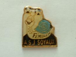 PIN'S ESCARGOT - FOOT FEMININ A.S.J SOYAUX - Animaux