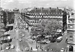 CPSM. 75 PARIS. PLACE DU THEÂTRE FRANCAIS ET AVENUE DE L'OPERA. VOITURES, BUS. - Places, Squares