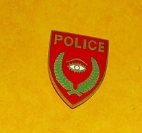 POLICE FOND ROUGE AVEC UN OEIL AU CENTRE  , FABRICANT SANS, ETAT VOIR PHOTO  . POUR TOUT RENSEIGNEMENT ME CONTACTER. REG - Police