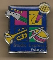 Pin's Studio Express Polaroïd Trompette Tambour Micro Manche De Guitare Musique Photographie - Musique