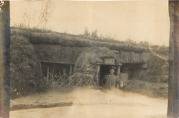 PHOTO ALLEMANDE  12 X 8 CM SOLDAT DANS UN ABRI - 1914-18