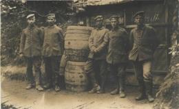 CARTE PHOTO ALLEMANDE SOLDATS ALLEMANDS ET  TONNEAUX - War 1914-18