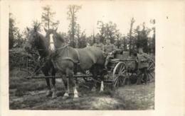 CARTE PHOTO ALLEMANDE   ATTELAGE CHEVAUX ET CHARRETTE - Oorlog 1914-18