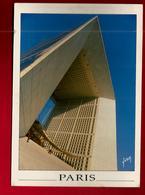 CP 75 Paris Vision Insolite De L' Arche De La Défense - Tour Eiffel Au Dos - Photo Serge Le Manour - Altri Monumenti, Edifici