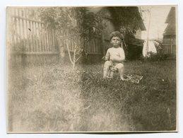 Photo Originale , Enfant Nu Assis , Dim. 9.0 X 6.0 Cm - Personas Anónimos