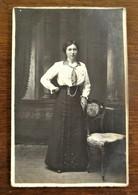 Oude FOTO --kaart Van Dame Bij De Stoel Door Fotograaf  B . BLONDIAU   Aalst - Geïdentificeerde Personen