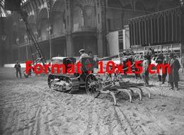 Reproduction D'une Photographie Ancienne D'un Tracteur En Démonstration Au Grand Palais à Paris En 1934 - Riproduzioni