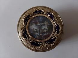 Boite à Bijoux Avec Miroir, Céramique Limoges Ou Sèvres, Cerclage En Laiton En Forme De Noeuds Et Peinture Sur Le Dessus - Boxes