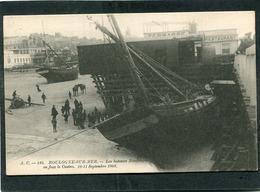 CPA - BOULOGNE SUR MER - Les Bateaux Naufragés En Face Le Casino, 10-11 Septembre 1903, Animé  (dos Non Divisé) - Boulogne Sur Mer