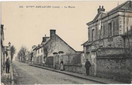 D45 - VITRY AUX LOGES - LA MAIRIE - Quelques Personnes Sur Les Trottoirs - France
