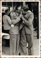Photo Originale Gay & Grands Garçons Playboys Suçant La Même Glace Vers 1950 - Anonymous Persons