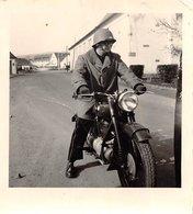 PIE.T.Z19-0053 : PHOTO.   MOTO. 1955.  PHOTO AMATEUR. FORMAT 6 CM X 6.5 CM. - Motorbikes