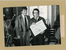 Le Compositeur PHILIPPE SARDE  Reçoit Des Mains De JACK LANG  Le Prix Du Cinéma 1985 - Personas Identificadas