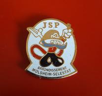 "PIN'S "" POMPIERS ""  Sapeurs Pompiers JSP Arrondissement Molsheim-Selestat ( Haut-Rhin)    JOLI - Pompiers"