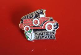 "PIN'S "" POMPIERS ""  Sapeurs  Pompiers RIEDWIHR ( Haut-Rhin)    JOLI - Pompiers"