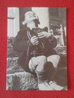 SPAIN TARJETA DE FELICITACIÓN CARD DÍPTICO DIPTYCH NIÑO HUÉRFANO AUSTRÍACO CON ZAPATOS AUSTRIAN CHILD AUSTRIA ORPHAN - Documentos Antiguos