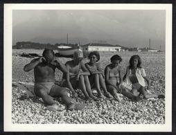 Photo Ancienne 60's Snapshot 12 X 9 - Homme Et Femmes Pin-up En Maillot De Bain Sur Une Plage De Galets Sh121 - Anonymous Persons