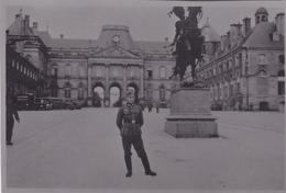 PHOTO ORIGINALE 39 / 45 WW2 WEHRMACHT FRANCE LUNEVILLE SOLDAT ALLEMAND DEVANT LE CHÂTEAU DES LUMIÈRES - Guerra, Militari