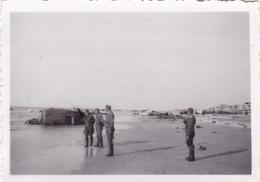 PHOTO ORIGINALE 39 / 45 WW2 WEHRMACHT FRANCE DUNKERQUE SOLDATS ALLEMANDS SUR LA PLAGE RUINE DE VOITURES - Guerre, Militaire
