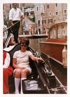 Photo Couleur Originale B.B. & Pin-Up Sexy, Lunettes De Soleil Profitant Des Gondoles à Venise En Mini-Jupe 1960/70 - Pin-ups