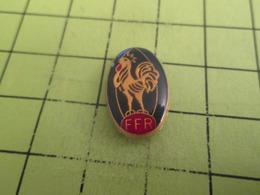 411e PINS PIN'S / Beau Et Rare : Thème SPORTS / RUGBY FFR BALLON OVALE COQ TRICOLORE - Rugby