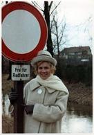 Photo Couleur Originale B.B. Femme & Panneau De Signalisation Gratuit Pour Les Cyclistes - Frei Für Radfahrer 1960's - Pin-Ups