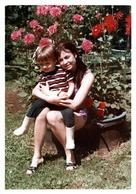 Photo Couleur Originale B.B. Jeune Maman Pin-Up Sexy & Son Fils Posant Devant Des Dahlias - Poils Aux Jambes Vintage 70' - Pin-ups
