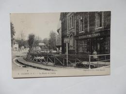 Clères, La Route De Cailly. Epicerie Fine P. Have Et Panneau Dieppe Sur Le Bord De La Riviére. - Clères