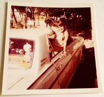 Vieille Photo D'une Fille à La Fenêtre D'une Voiture - Old Photograph Of A Girl At The Window Of A Car - Personas Anónimos