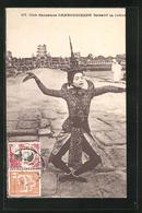 AK Cambodge / Kambodscha, Une Danseuse Faisant La Scène - Cartes Postales