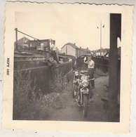 Thuin - Motos - Péniche - 1957 - Photo 8 X 8 Cm - Orte
