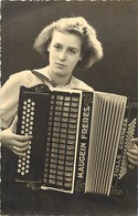 Themes Div-ref CC873- Carte Photo - Musique -musicien - Accordeoniste - Accordeon Maugein Freres - Tulle - Correze  - - Musik Und Musikanten