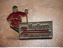 A031 -- Pin's Marlboro Leisure Wear - Sports D'hiver