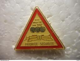 A023 -- Pin's Priorite Securite Rive Droite Du Var 1992 -- Exclusif Sur Delcampe - Autres
