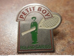 A024 -- Pin's Petit Boy Roland Garros - Tennis
