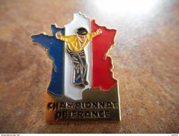 A025 -- Pin's Carte Championnat De France Petanque - Pétanque